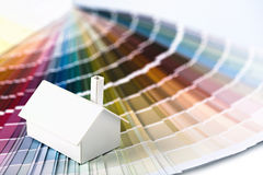 Maison modèle sur la palette de couleur Photographie stock