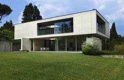 Maison moderne à l'extérieur image stock