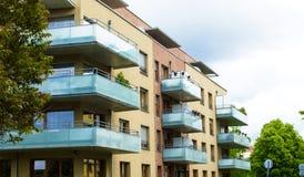 Maison moderne avec de beaux balcons en verre photos stock