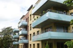 Maison moderne avec de beaux balcons en verre photographie stock