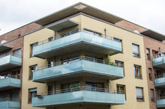 Maison moderne avec de beaux balcons en verre Images libres de droits