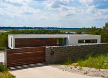 Maison moderne avec la barrière en pierre Photographie stock libre de droits