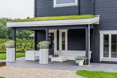 Maison moderne avec le dessus de toit de floraison Image stock