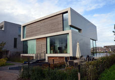 Maison moderne avec le jardin à Amsterdam Photo libre de droits