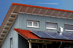 Maison moderne avec les panneaux solaires photo libre de droits