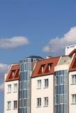 Maison moderne contre le ciel nuageux Photographie stock libre de droits