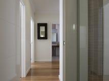 Maison moderne d'affichage avec l'étage de bois de construction Photographie stock libre de droits