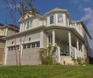 Maison moderne dans des zones résidentielles de banlieue Photographie stock