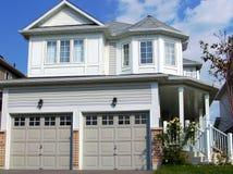Maison moderne dans des zones résidentielles de banlieue Images stock