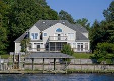 Maison moderne de façade d'une rivière Image libre de droits