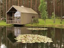 Maison moderne en bois à un étang Photos stock