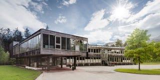 Maison moderne en bois de passif de bois de construction images libres de droits