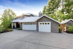 Maison moderne extérieure avec l'appel de restriction Vue de garage et d'allée spacieuse images stock