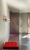 Maison moderne, intérieur, salle de bains Photos stock