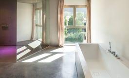 Maison moderne, intérieur, salle de bains Photo libre de droits