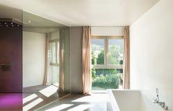 Maison moderne, intérieur, salle de bains Photo stock