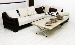 Maison moderne, salle de séjour avec les meubles modernes Image libre de droits