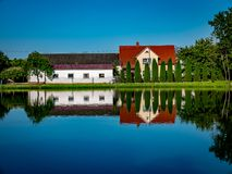 Maison mystérieuse reflétée dans l'eau Images libres de droits