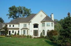 Maison neuve dans les banlieues Photo stock