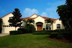 Maison neuve dans les tropiques image stock