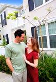 Maison neuve de jeunes couples heureux Image libre de droits