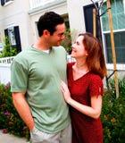 Maison neuve de jeunes couples heureux photo libre de droits