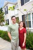 Maison neuve de jeunes couples heureux Photographie stock libre de droits