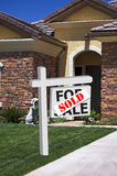Maison neuve - signe vendu Photos stock