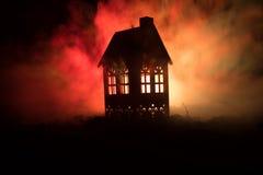 Maison noire avec un coeur et ciel brumeux modifié la tonalité à l'arrière-plan Approprié aux concepts tels que la maison d'amour Image stock
