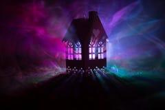 Maison noire avec un coeur et ciel brumeux modifié la tonalité à l'arrière-plan Approprié aux concepts tels que la maison d'amour Images stock