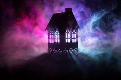 Maison noire avec un coeur et ciel brumeux modifié la tonalité à l'arrière-plan Approprié aux concepts tels que la maison d'amour Image libre de droits