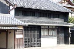 Maison noire en bois de tradition japonaise sur la lumière du soleil au Japon images libres de droits