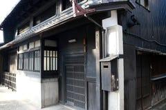 Maison noire en bois de tradition japonaise sur la lumière du soleil au Japon photos stock