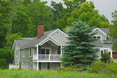 Maison nord-américaine de bois de construction dans la campagne Image stock