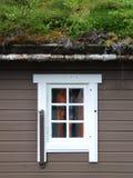 Maison norvégienne avec l'herbe sur le toit photographie stock libre de droits