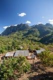 Maison pauvre et panneaux solaires Photos libres de droits