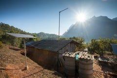 Maison pauvre et panneaux solaires Photo stock