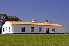 Maison portugaise construite neuve Photographie stock libre de droits