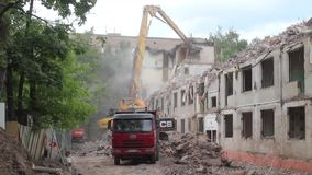 Maison préfabriquée de démolition banque de vidéos
