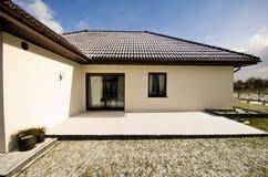 Maison privée moderne en hiver, immobiliers d'architecture abstraite Images stock
