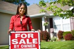 Maison : Propriétaire d'une maison regardant pour vendre la Chambre Images libres de droits