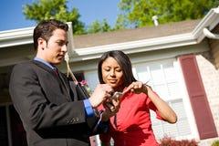 Maison : Propriétaire féminin discutant à la maison avec l'agent Image libre de droits
