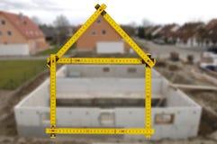 Maison résidentielle dans la construction à vendre Images stock