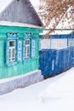 Maison résidentielle en hiver Photos stock