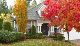 Maison résidentielle pendant la saison d'automne photos libres de droits