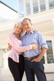 Maison rêveuse extérieure debout de couples aînés Photographie stock libre de droits
