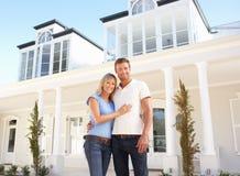 Maison rêveuse extérieure debout de jeunes couples Images libres de droits