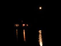 Maison reflétée dans l'étang la nuit Photographie stock