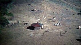 1972 : Maison ronde POV aérienne de sud-ouest de Natif américain de Navajo banque de vidéos
