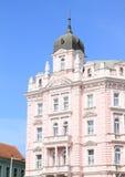 Maison rose avec des balcons Image stock